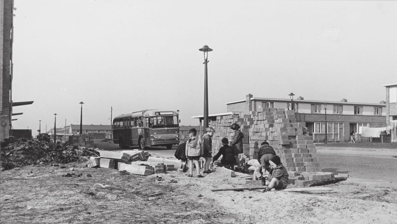 Ruys de Beerenbrouckstraat in Geuzenveld met buslijn 21; 1957.