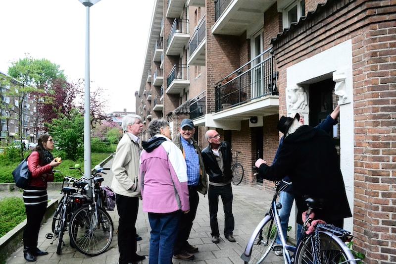 Op excursie met Karin Ruisch door de Kolenkitbuurt in de Akbarstraat. Foto: Victorien Koningsberger.