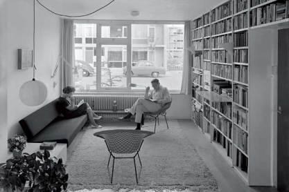 Echtpaar in woonkamer met bank van Mart Visser; begin jaren zestig. (Foto: Arjé Plas).