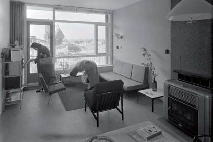 Bezichtiging van een modelwoning van Goed Wonen; 1957.
