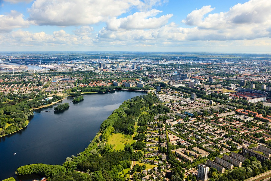 Luchtfoto van de Sloterplas met rondom de Westelijke Tuinsteden; 2012. (c) Siebe Swart.