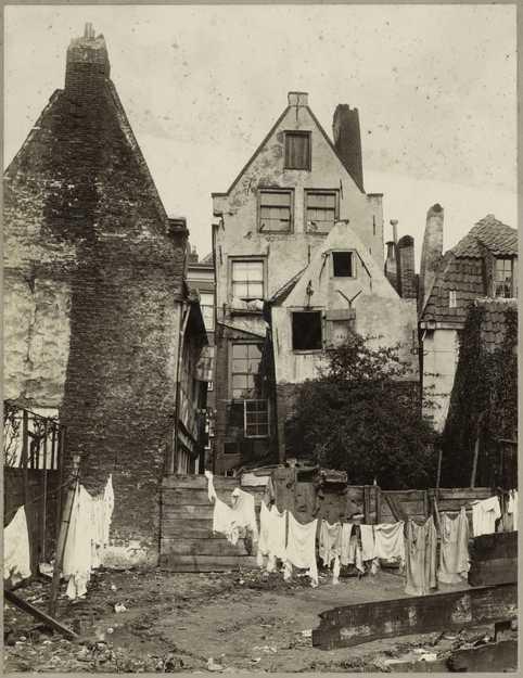 Verkrotting in Amsterdam. Achterzijde Palmstraat in de Jordaan; 1913. Foto: Collectie Internationaal Instituut voor Sociale Geschiedenis.