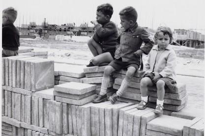 Pionieren in het zand - Van Eesteren Museum; 2012. Kinderen spelen in de Tuinstad in aanbouw; jaren vijftig.