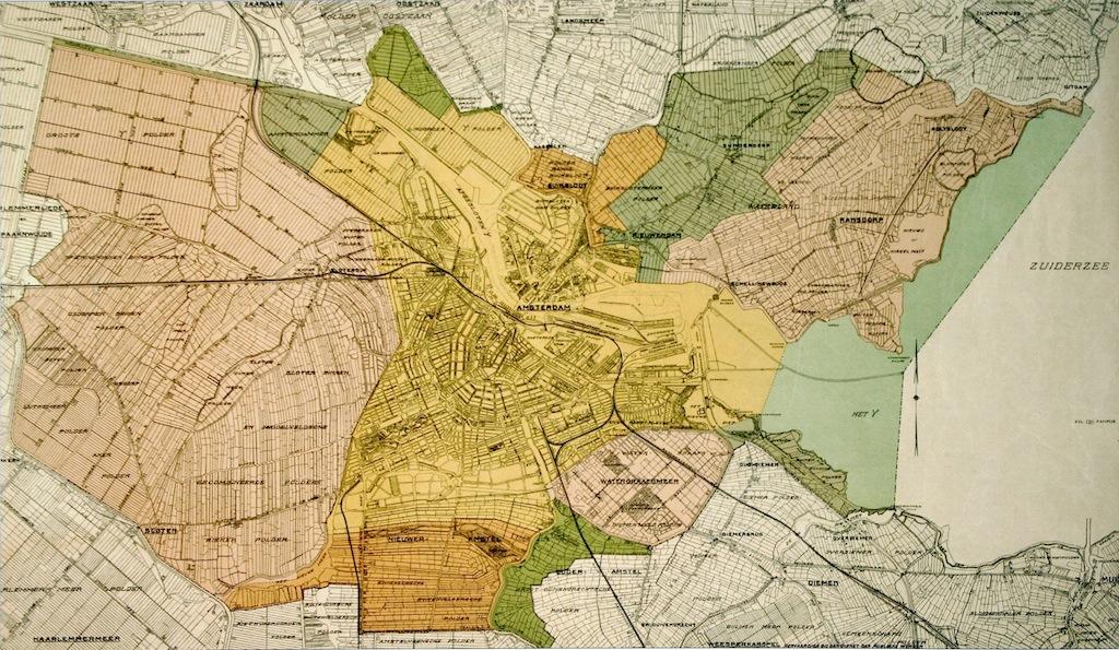 De annexatie van 1921. In geel de oppervlakte van Amsterdam voor 1921. LInks in het roze de voormalige gemeente Sloten, aan de onderkant in oranje het van de gemeente Nieuwer-Amstel geannexeerde gebied. De overige gebieden zijn geannexeerd van respectievelijk de gemeenten Ouder-Amstel (groen), Watergraafsmeer (roze), Diemen (groen). Ten noorden van het IJ werden de gemeenten Buiksloot (oranje), Nieuwendam (groen) en Ransdorp (roze) geheel geannexeerd. Van Oostzaan werd een deel geannexeerd (groen). Het grondgebied van de gemeente Amsterdam werd vier keer zo groot. Kaart: Dienst der Publieke Werken.