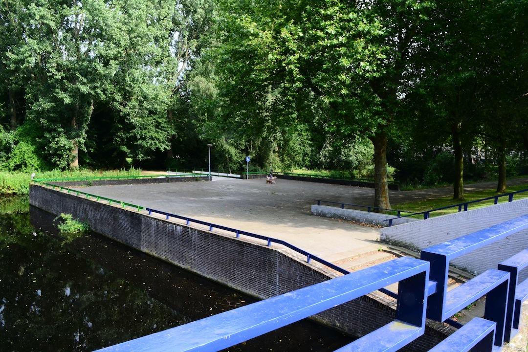 Brug nr. 805, waar de Buitenveldertselaan en het Gijsbrecht van Aemstelpark in Buitenveldert elkaar kruisen. Architect: Dienst der Publieke Werken; 1961-1962. Foto: Victorien Koningsberger.