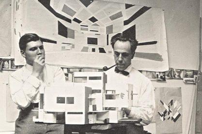 Cornelis van Eesteren en Theo van Doesburg in het atelier aan de Rue du Moulin Vert in Parijs; 1923.