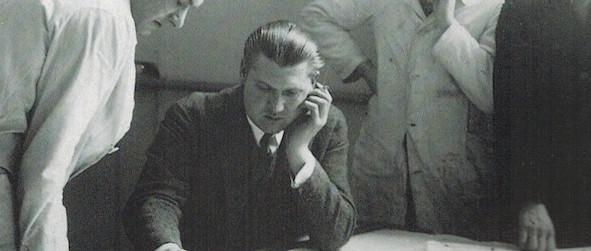 Cornelis van Eesteren met een groep studenten tijdens de lessen in Weimar tussen 1927 en 1930.