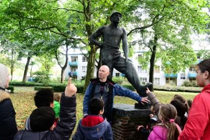 Vrijwilliger Christiaan met Basisschool-scholieren in het Buitenmuseum. Foto: Victorien Koningsberger.