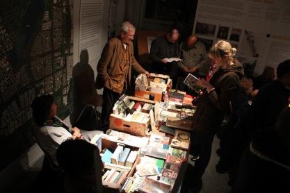 Boekenverkoper tijdens Indische avond, Museumnacht 2013. Foto: Iwan Daniëls.