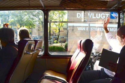 Zwaaien vanuit de jaren '60 bus bij het Van Eesteren Museum. Foto: Victorien Koningsberger.