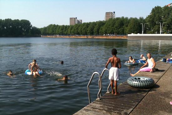 Zwemmen in de Sloterplas bij de Oostoever; 2011. Foto: Iwan Daniëls.