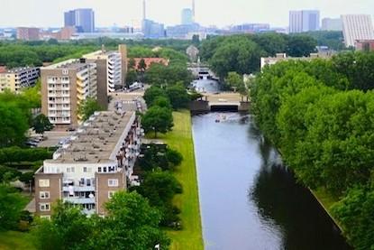 Panorama Burgemeester Cramergracht in Slotermeer, met op de achtergrond de hoogbouw bij Station Sloterdijk en het Westelijk Havengebied. Foto: Victorien Koningsberger.