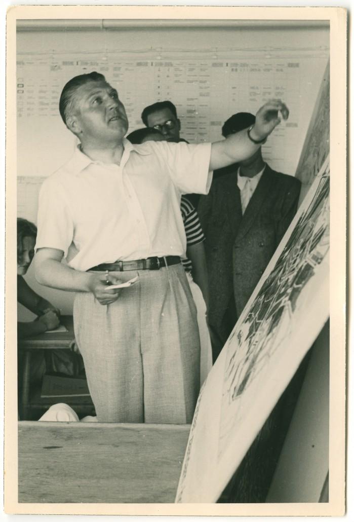 Van Eesteren presenteert de analyse van Amsterdam tijdens het vierde CIAM congres; 1933.