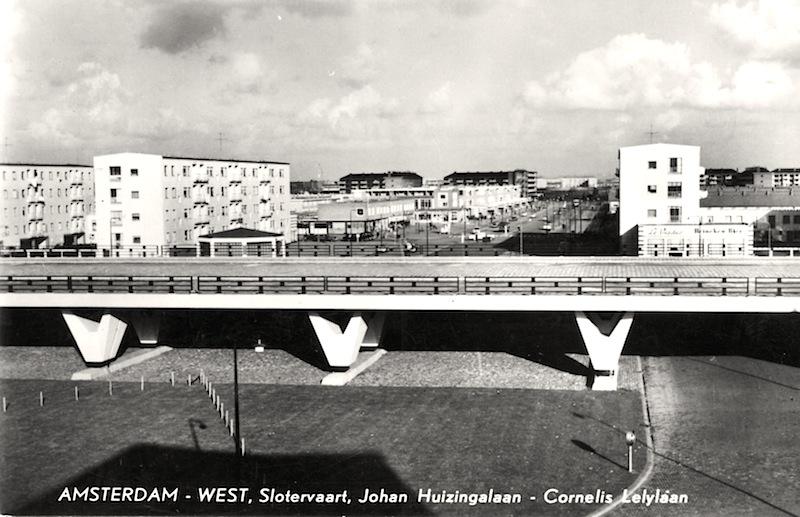 Prentbriefkaart van het Viaduct Johan Huizingalaan / Cornelis Lelylaan in Slotervaart. Op de achtergrond flats van het Sloterhof; circa 1962.
