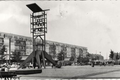 Het Vrijheidscarillon op Plein '40-'45 in Slotermeer; circa 1962.