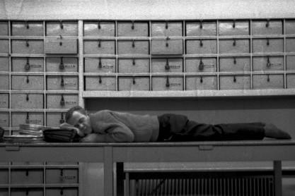 In de 'schafttijd', nachtbussen in Garage West, Jan Tooropstraat. Foto: Dhr. Kaagman. Fotowedstrijd 'Werk in West'. Foto nr. 4. Onderdeel van de serie Werken bij het Gemeentevervoerbedrijf na de Tweede Wereldoorlog. Categorie 'oude zwart-wit foto's': eerste prijs.