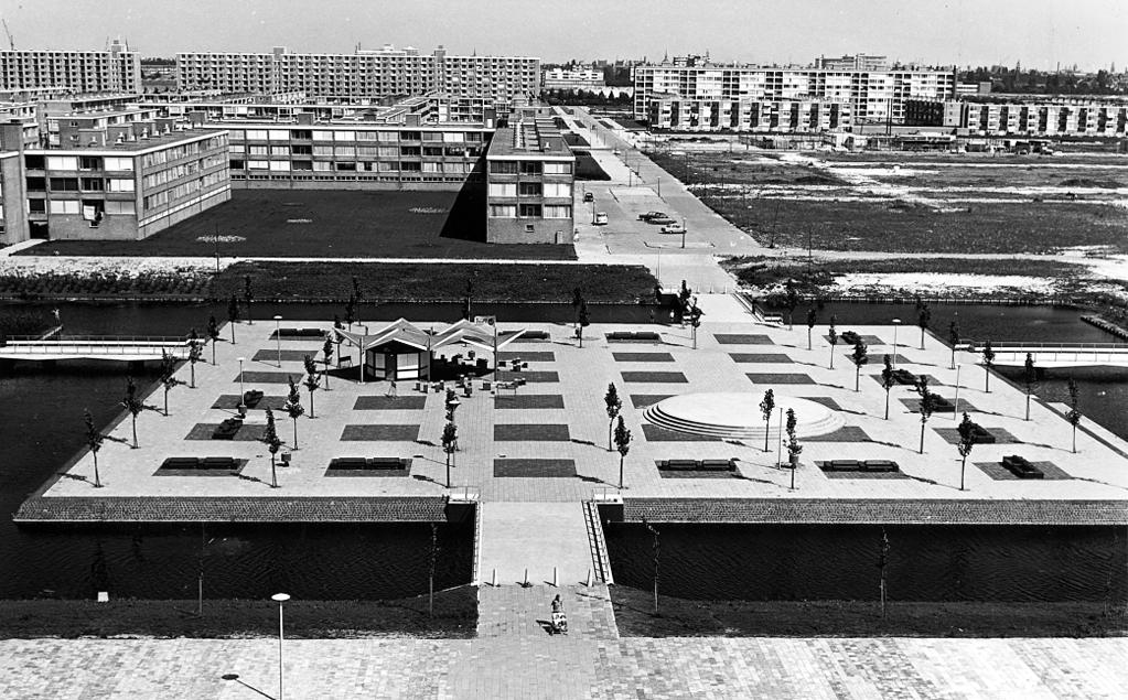 Gijsbrecht van Aemstelpark met Ontmoetingseiland. Gezien naar de Willem van Weldammelaan (rechtuit), dwars is Gijsbrecht van IJselsteinstraat nrs. 11 t/m 63 (ca.)(achterzijde, vrnl.); en links tevens brug nr. 826, vanaf parkeiland t.h.v. Enzerinck. Foto: Archief van de Dienst Ruimtelijke Ordening; augustus 1965.