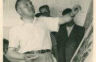 Van Eesteren presenteert de analyse van Amsterdam tijdens het vierde CIAM congres in 1933. Uitsnede foto.