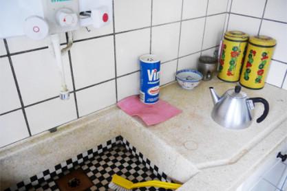 De keuken met de karakteristieke zwart-wit geblokte gootsteen. Foto: Anna Ietswaart.