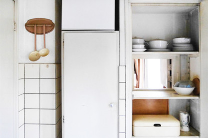 De keuken met het doorgeefluik naar de eetkamer. Foto: Anna Ietswaart.
