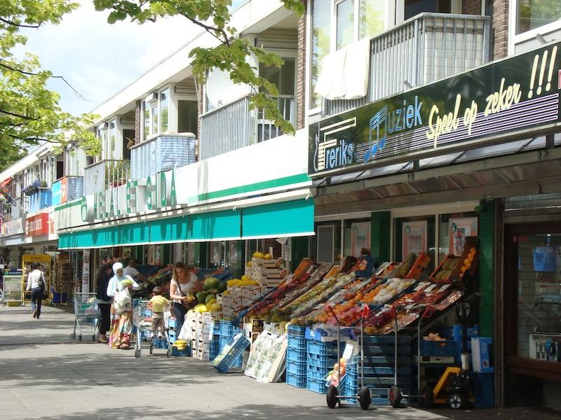 Buurtwinkels aan de Burgemeester de Vlugtlaan in Slotermeer. Foto: Maarten Tromp.