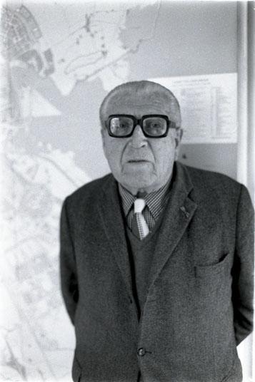 Cornelis van Eesteren omstreeks 1982, staande voor 'zijn' AUP. Foto: Boink.