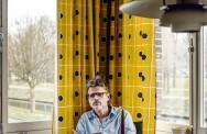 Rob van Essen in de modelwoning van het Van Eesterenmuseum in Amsterdam Nieuw-West: 'Toen was iedereen links, nu is iedereen rechts'. Foto: Lars van den Brink / NRC.