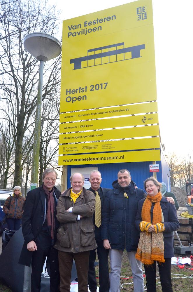 Het gele bouwbord for Het Van Eesteren Paviljoen is onthuld;  27 januari 2017. Foto: Erik Swierstra.