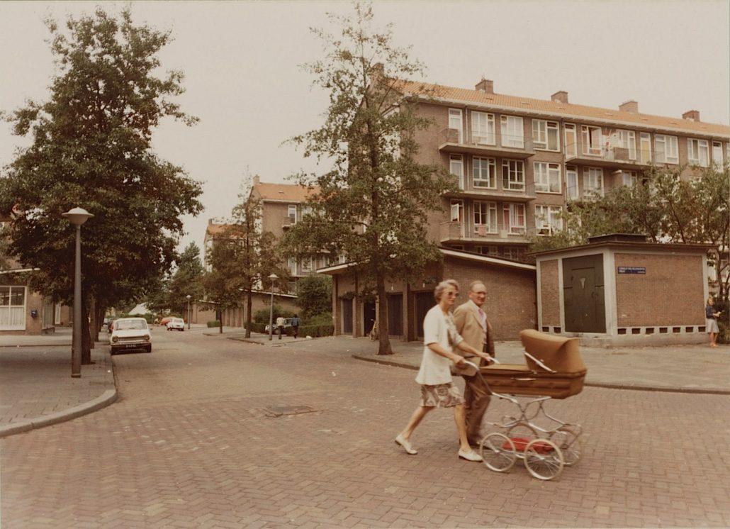 Aan de wandel met de kinderwagen, Bernard Loderstraat in Slotermeer, 1976