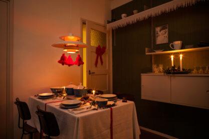 Eetkamer in de Van Eesteren Museumwoning in kerstsfeer. Foto: Stephan Schillemans