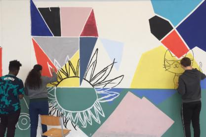 Leerlingen van Spring High werken aan muurschildering in de gymzaal(1)